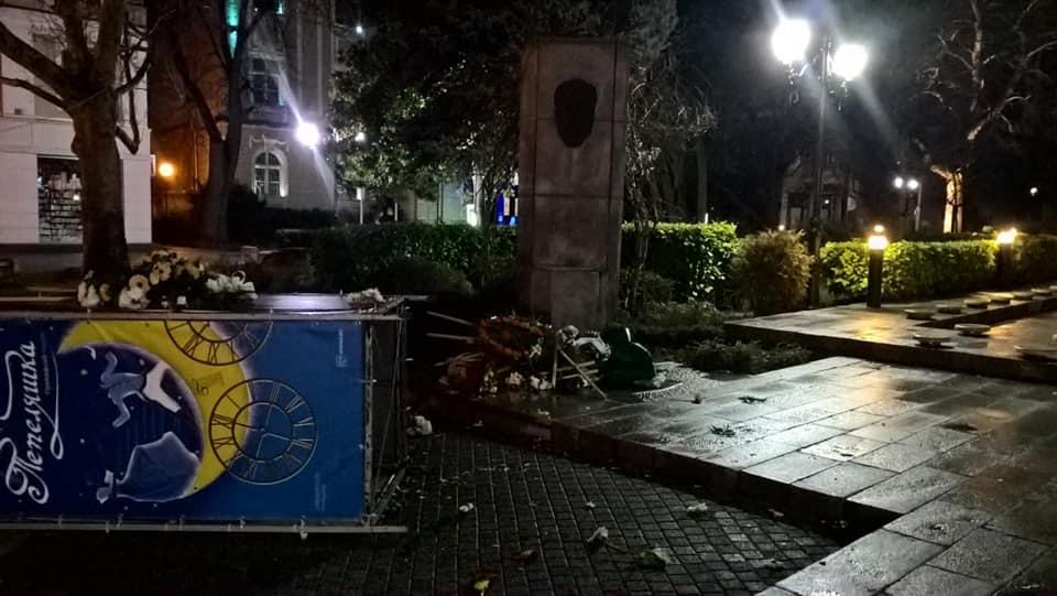 Оскверниха паметника на Стефан Стамболов пред Общината Пловдив 2