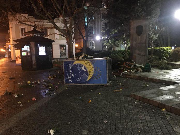 Оскверниха паметника на Стефан Стамболов пред Общината