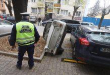 Шофьор си освободи място като обърна друг автомобил