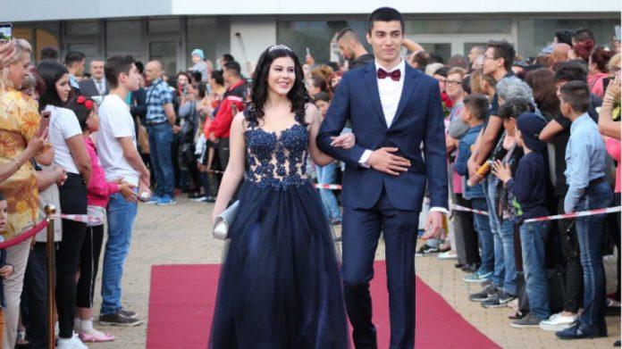 Абитуриенти празнуват Бал 2020 в Пловдив