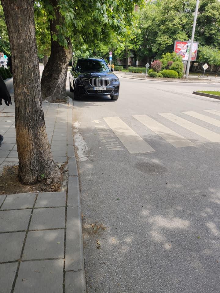 Общинско БМВ спря да си хапне тортичка в Пловдив