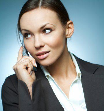 жена говори по телефона