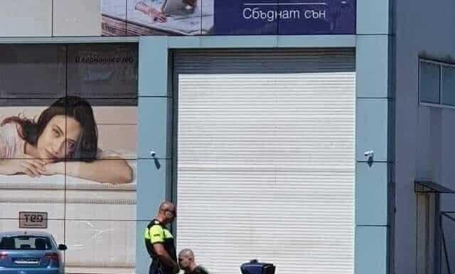 Полицаи щракнати на снимка между пътните платна